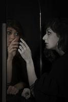Kritischer Blick in den Spiegel