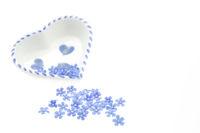 Blüten von Vergissmeinnicht mit Herzchen, freigestellt