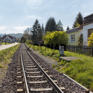 Gleis mit Schienen für Eisenbahn Zug in Stadt