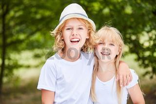 Junge und Mädchen als Geschwister Paar
