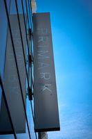 Leuchtreklame an einer Primark-Filiale in Dresden