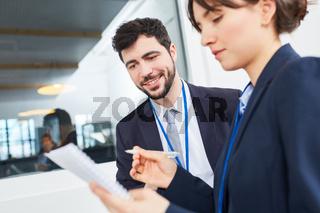 Geschäftsfrau und Berater im Büro