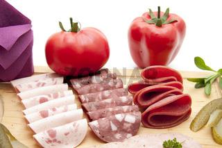 Wurstteller mit Tomate