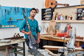 Handwerker hält eine neue E-Gitarre