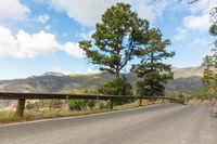 Leere Straße mit Leitplanke im Gebirge