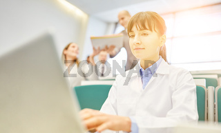 Frau als Student bei Ausbildung zum Arzt