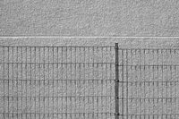 Zaun vor Fassade