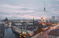 Berlin City Skyline abends mit Fernsehturm