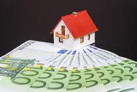 Haus mit vielen Geldscheinen