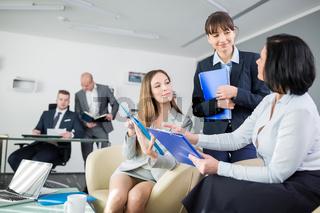Drei Business Frauen diskutieren Strategie