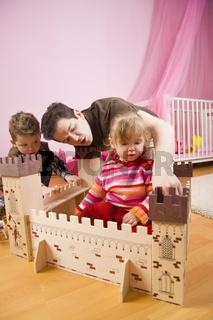 Kinder und Ritterburg