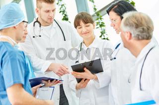 Junge Ärzte in der Ausbildung in einer Besprechung