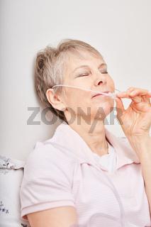 Alte Frau mit Sauerstoff Nasensonde