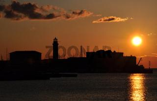 Leuchtturm im Sonnenuntergang - Italien