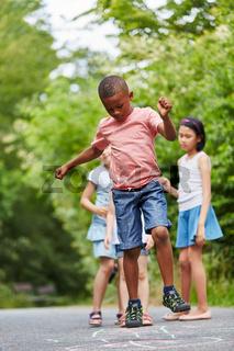Afrikanischer Junge hüpft beim Hüpfspiel