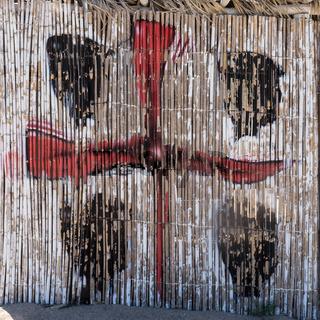 Sardische Flagge auf eine Strandhütte gemalt