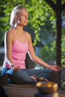 Yoga Frau im Schneidersitz_offene Augen