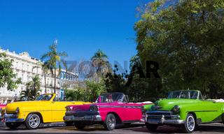 Amerikanische Cabriolet Oldtimer parken in der Vorderansicht in der Altstadt von Havanna Kuba