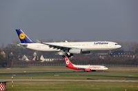 Lufthansa und Air Berlin Flugzeuge Flughafen Düsseldorf