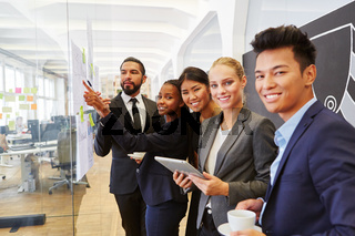 Multikulturelles Start-Up Team im Meeting