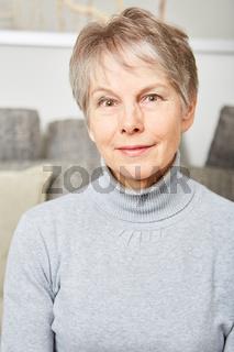 Ältere Frau lächelt entspannt