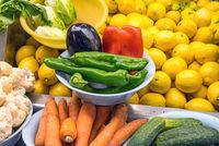 Zitronen und Gemüse auf einem Markt in Madrid
