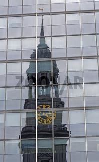 Sankt Michaelis Kirche spiegelt sich in Glasfassade, Hamburg, Deutschland, Europa