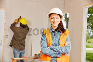 Junge Frau als Handwerker Lehrling