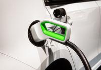 Stecker einer Ladesäule an einem E-Auto