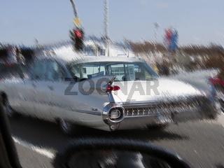 Cadillac Sedan deVille (um 1960) in einer verfremdeten Strassenscene