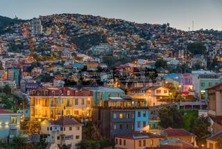 Blick über die bunten Häuser von Valparaiso