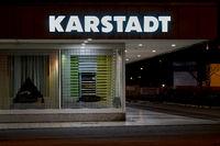 Außenansicht einer Karstadt-Filiale bei Nacht