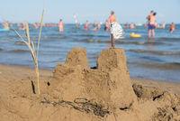 Sandburg am Badestrand mit Blick aufs Meer