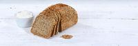 Brot Mehrkornbrot Vollkornbrot Kornbrot geschnitten Scheibe Banner Textfreiraum auf Holzplatte