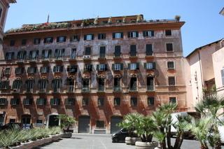 Rom, Haus mit Fensterläden an der Piazza Grazioli