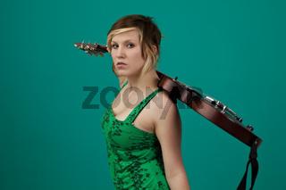 Punkerin mit einer E-Gitarre auf einem grünen Hintergrund