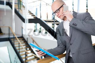 Junger Business Mann telefoniert mit Smartphone