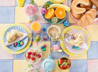 Tisch gedeckt fuer das Oster Fruehstueck
