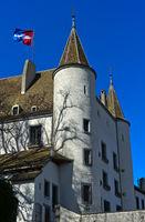 Schloss Nyon, Chateau de Nyon, mit der Stadtflagge, Nyon, Waadt, Schweiz