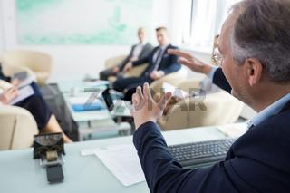 Manager präsentiert Strategie in einem Referat