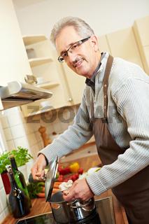 Hausmann beim Kochen