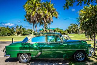 HDR - Amerikanischer grüner Oldtimer in der Nähe vom Strand unter Palmen in Varadero Cuba