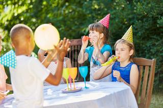 Kinder feiern im Garten Geburtstag