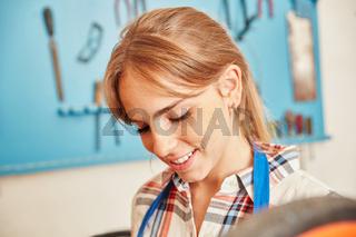 Junge Frau als Handwerker Azubi