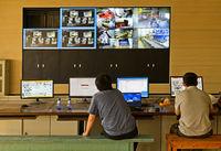 Techniker vor einer Videowand beim Einrichten neuer Maschinen