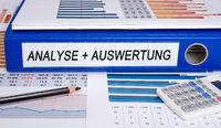 Analyse und Auswertung - Ordner im Büro
