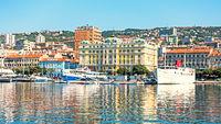 Stadtbild von Rijeka, Kroatien, vom Meer gesehen