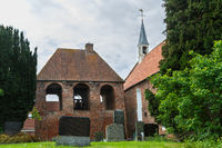 Friedhof, Glockenturm und Kirche in Loquard, Ostfriesland