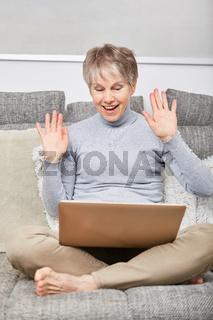 Seniorin freut sich über einen Video Chat