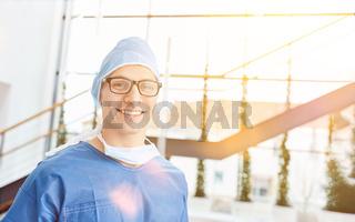 Mann als Doktor der Chirurgie in Klinik